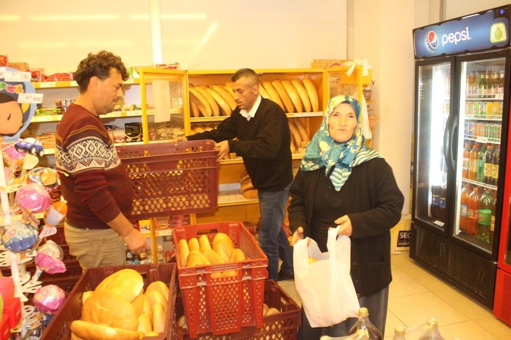 Manavgat'ta market, ekmekte yüzde 50 indirim yaptı, müşterilerin akınına uğradı
