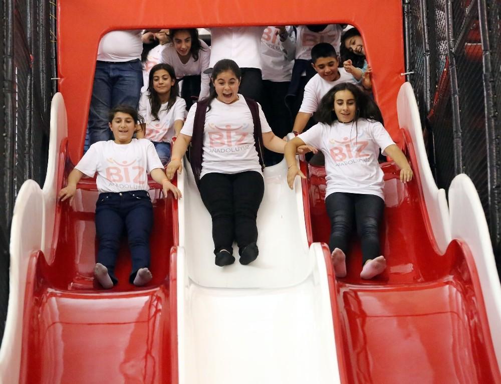 Bitlisli öğrenciler Antalya'da doyasıya eğlendi