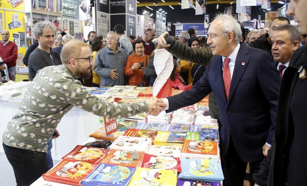 CHP Genel Başkanı Kılıçdaroğlu, Konyaaltı Kitap Fuarı'nı gezdi