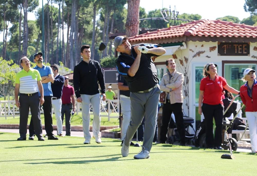 Dışişleri Bakanı Mevlüt Çavuşoğlu golf turnuvasında mücadele ediyor