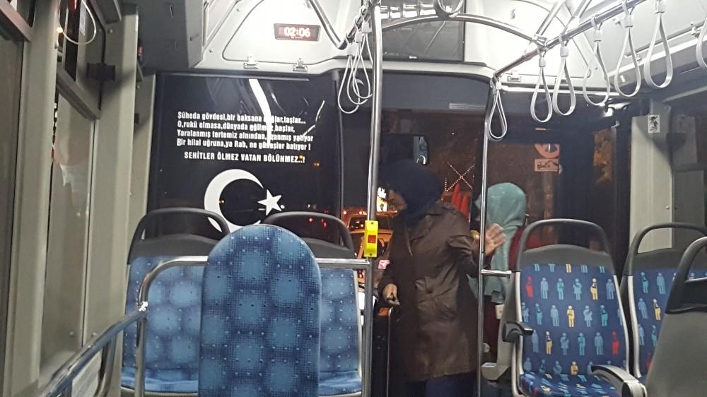 Isparta'da halk otobüsünde şehitler için anlamlı dizeler
