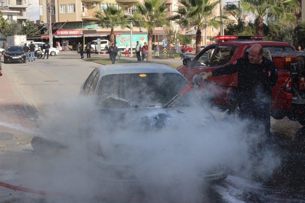 Manavgat'ta seyir halindeki araç alev aldı