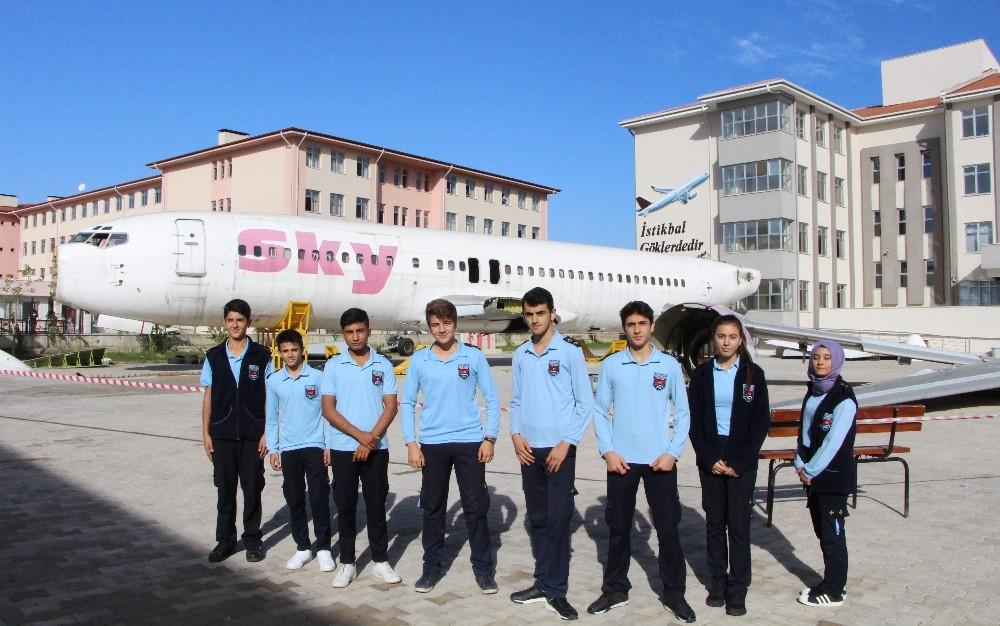 Öğrenciler dev uçağı karşılarında görünce şoke oldu