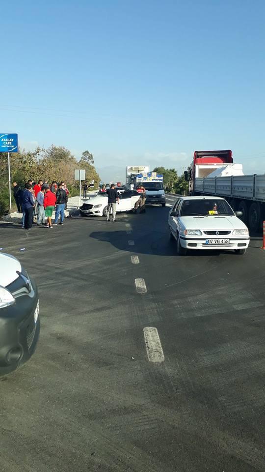 Otomobil ile market aracı çarpıştı: 1 ağır yaralı