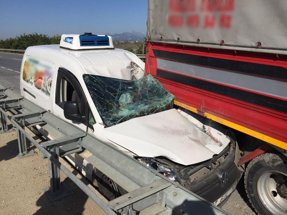 Park halindeki kamyona arkadan çarptı, ölümden döndü