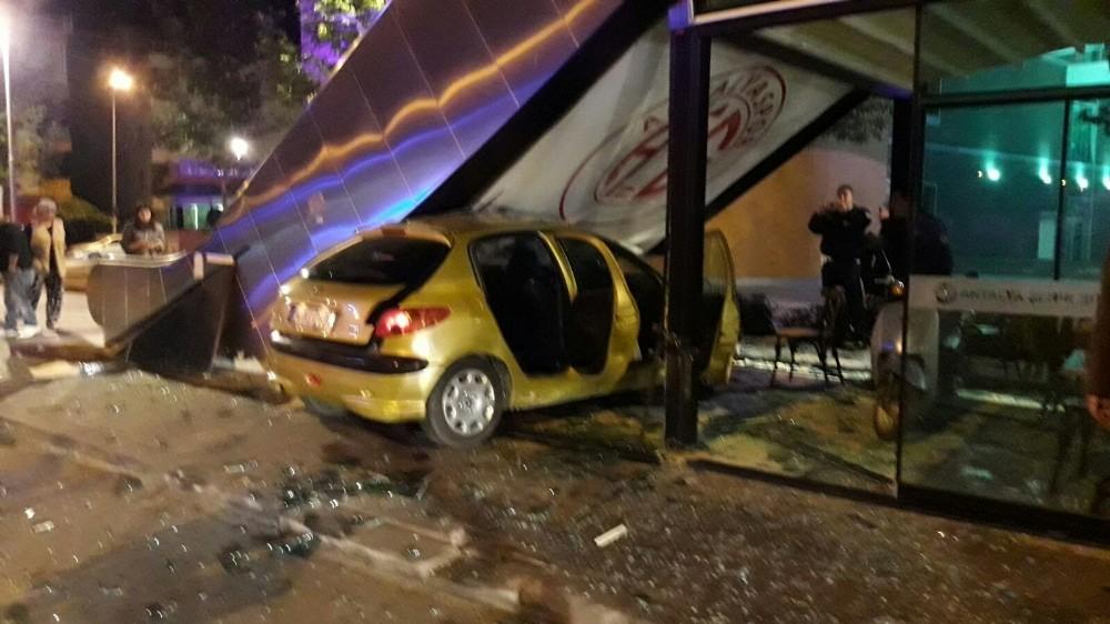 Rus kadın otomobille büfeye girdi