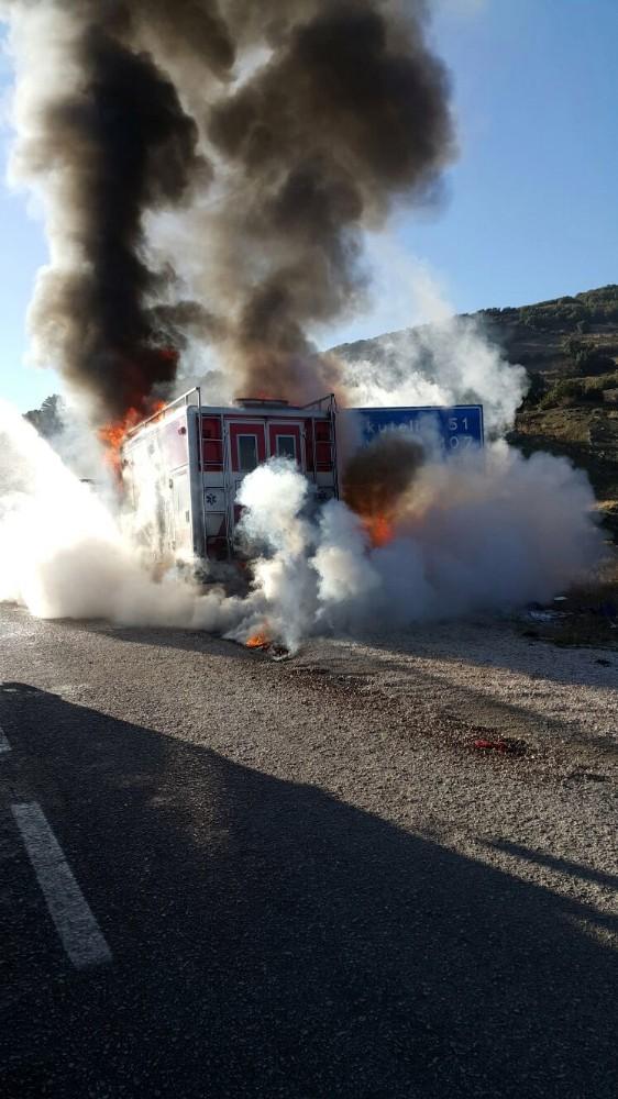 Seyir halindeki AKS ambulansı alev alev yandı