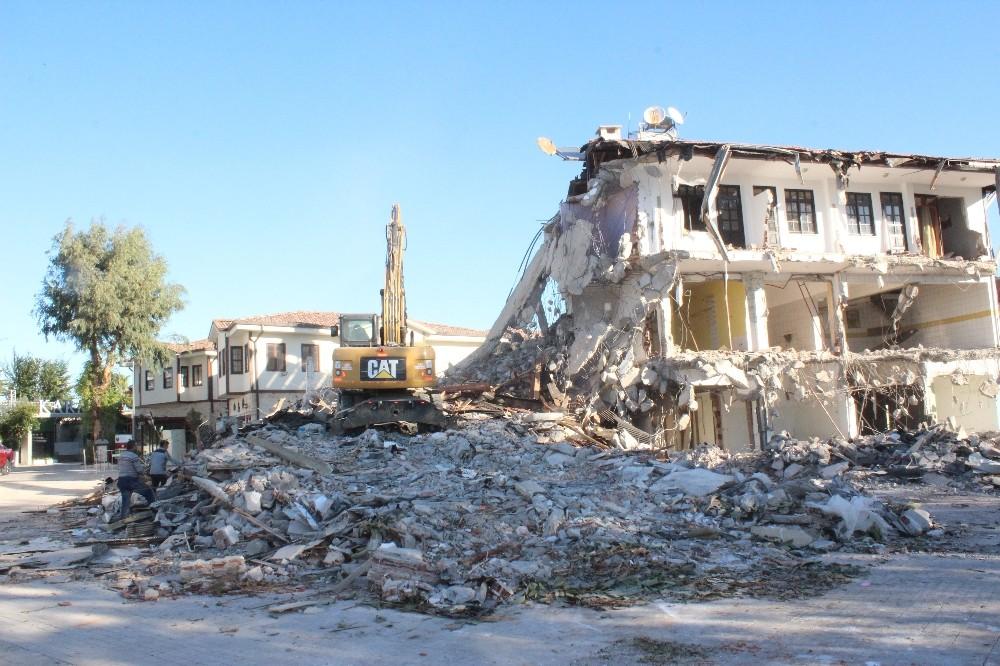 Side'de koruma amaçlı imar planına aykırı bulunan 40 yıllık motel yıkıldı
