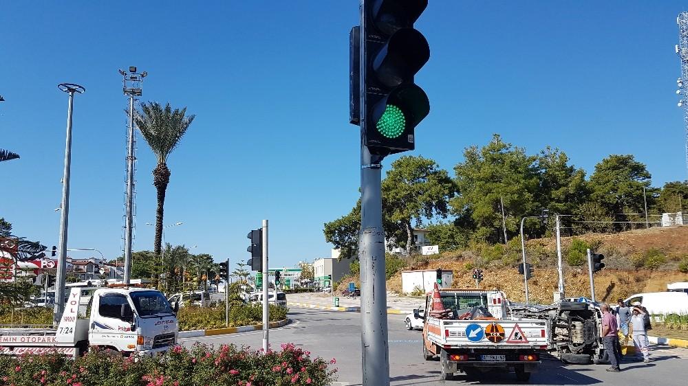 Trafik lambası her yöne yeşil yanınca araçlar birbirine girdi