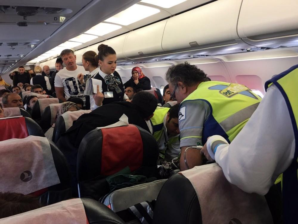 Uçakta fenalaşan kadına sağlık memuru müdahale etti