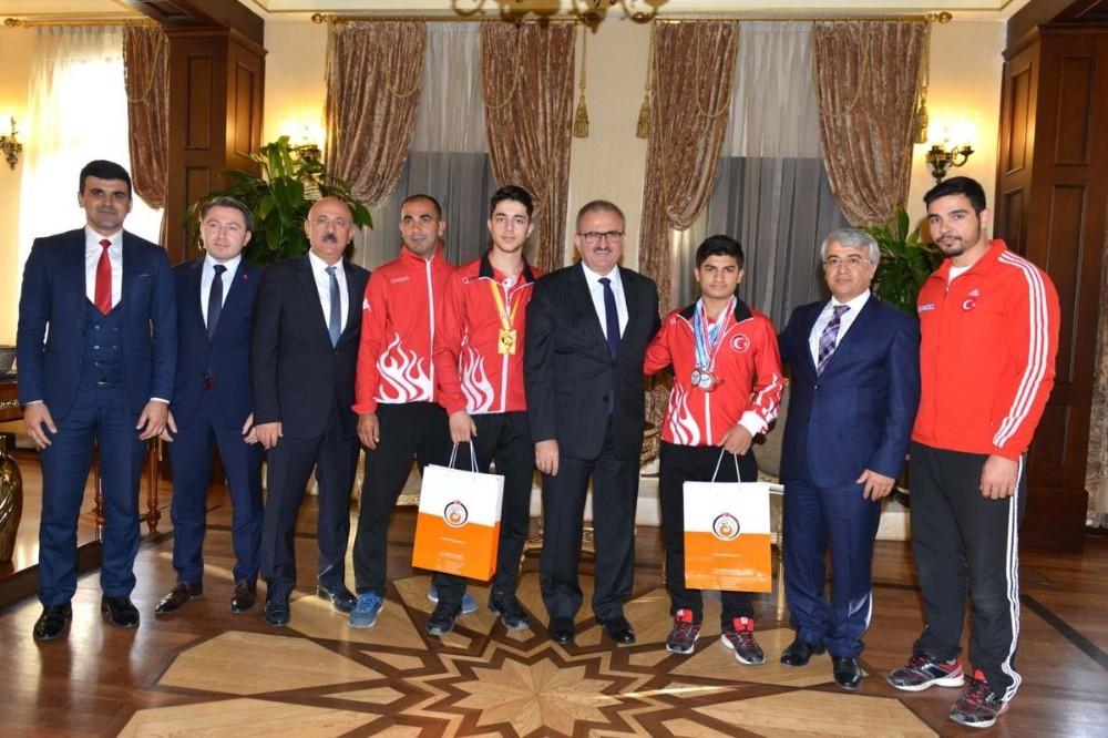Vali Karaloğlu, Avrupa ve Dünya şampiyonu sporcuları kabul etti