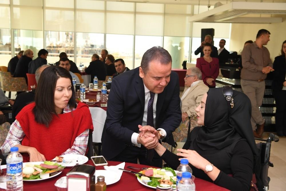 Başkan Böcek, engelli dernekleri üyeleriyle buluştu