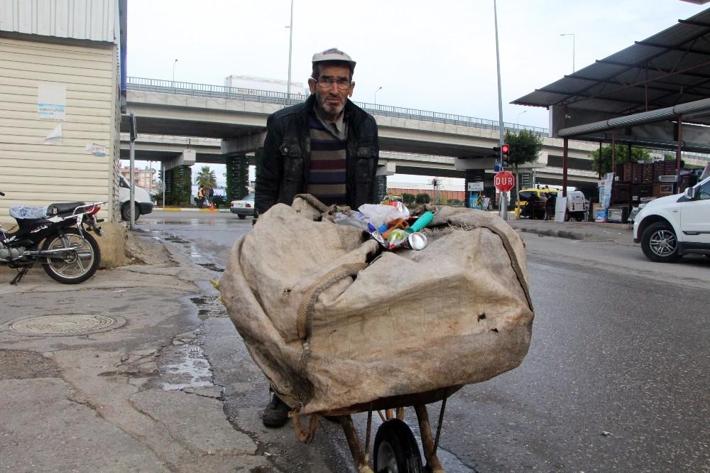 Çöp arabası ile günde 50 kilometre yürüyerek 3 çocuk okutuyor