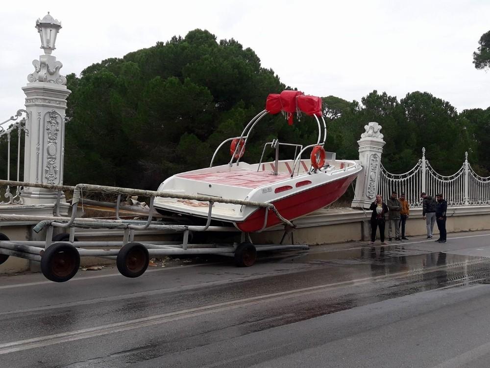 Dünyaca ünlü otelin duvarına tekne çarptı