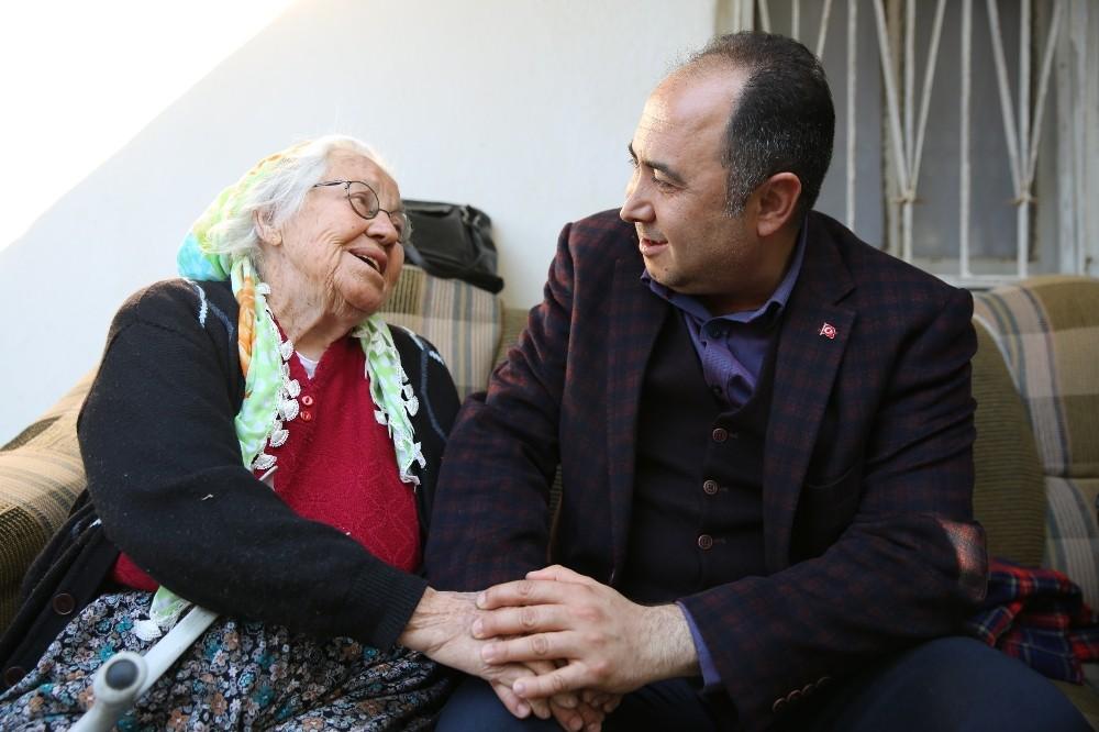 Finike Belediyesi, yaşlıların evini temizliyor