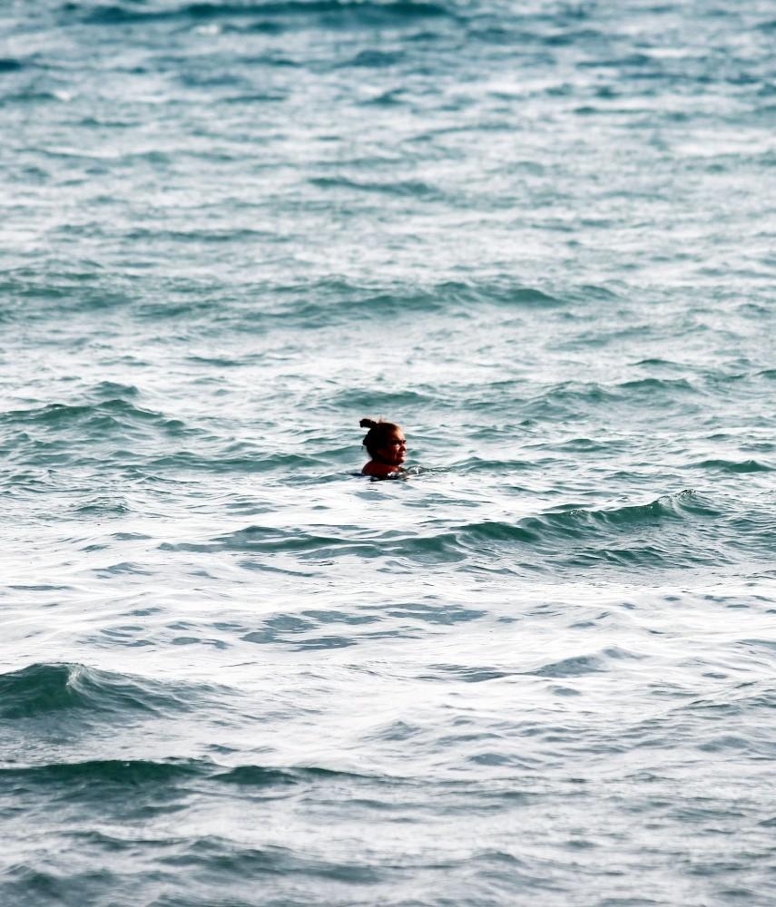 Kadın turist dalgalara aldırış etmedi