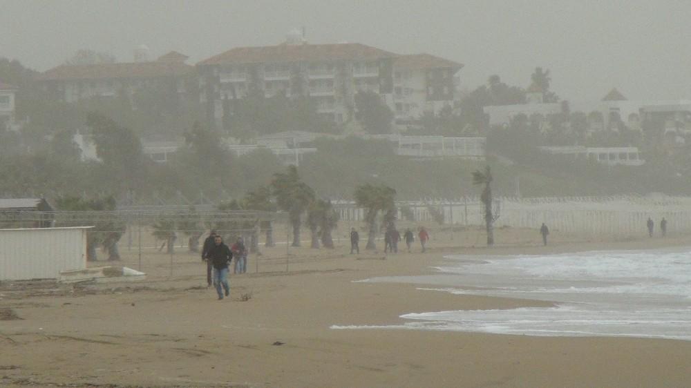 Manavgat'ın üzerini toz bulutları kapladı
