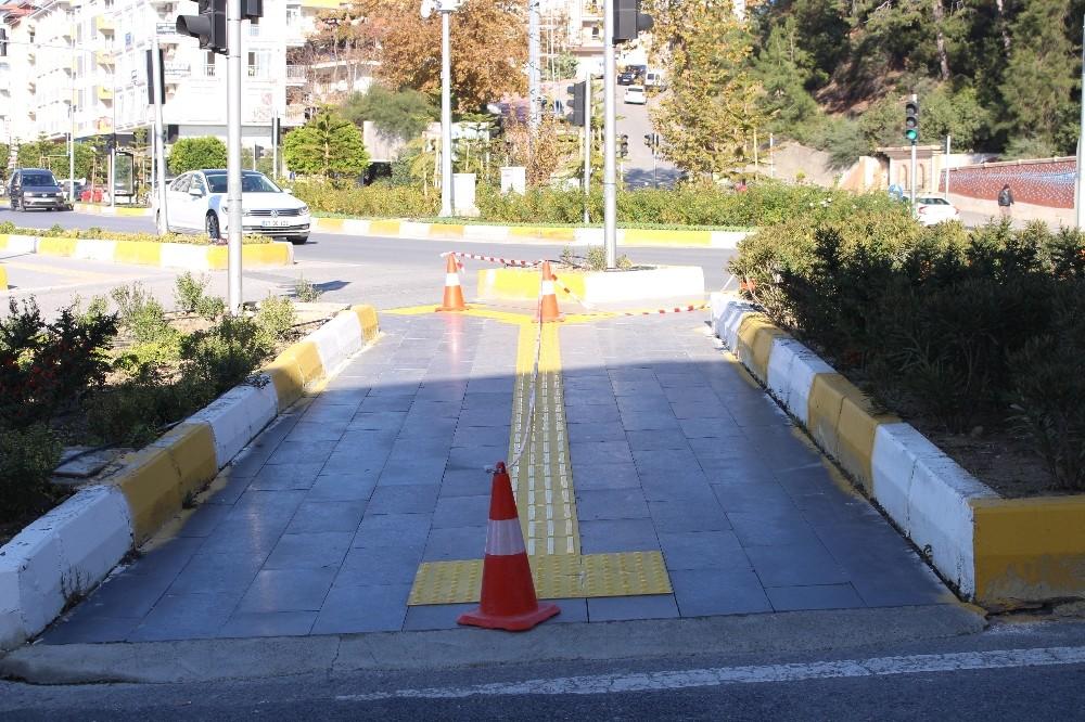 Manavgat'ta kaldırımlar engelsiz hale getiriliyor