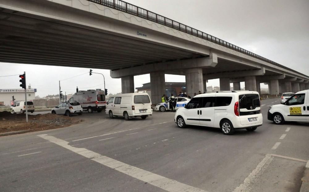 Manavgat'ta kırmızı ışıkta geçen otomobil motosiklete çarptı