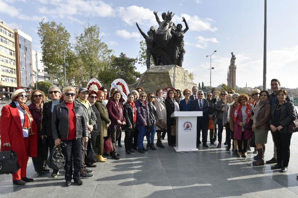 Muratpaşa Belediyesi kadınlarla Atatürk Anıtı'na çelenk sundu