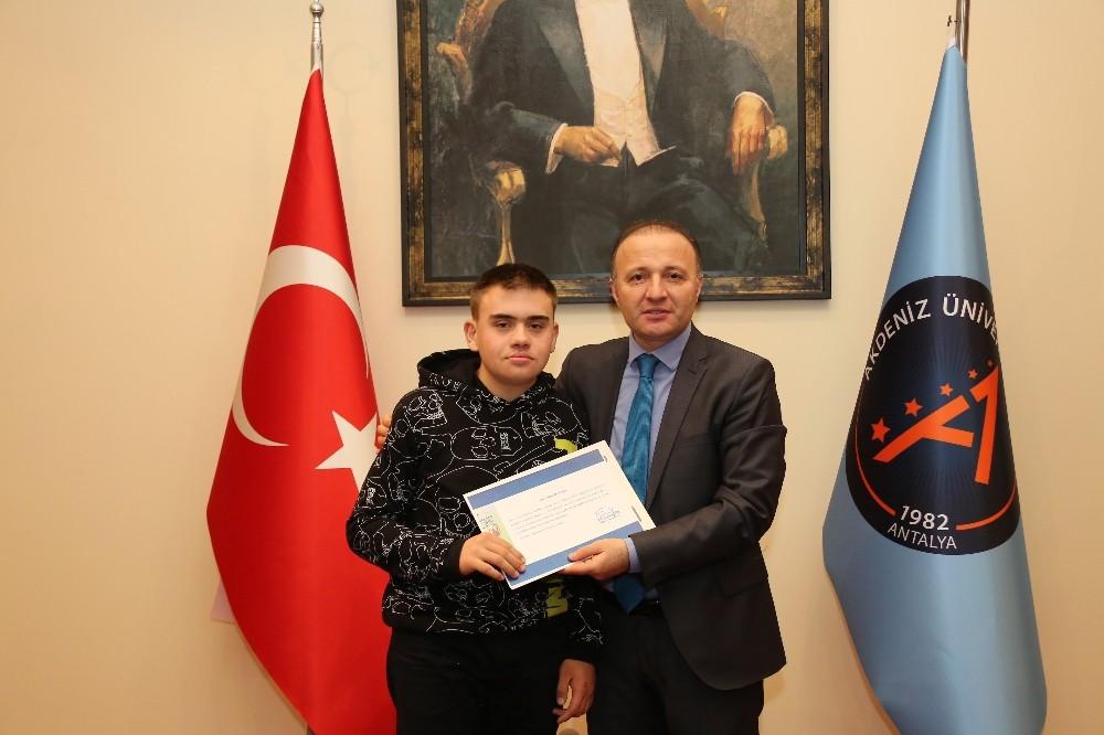 Rektör Ünal, sanatta engel tanımayanlara sertifika verdi