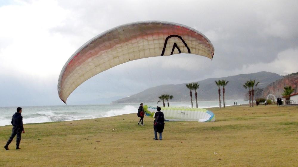 Yamaç paraşütçüleri Selinus Plajında eğitim yaptı