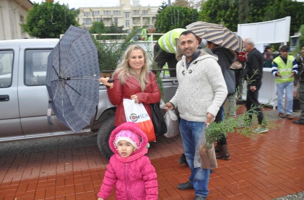 'Yılbaşında Ağaç Kesme, Fidan Dik' kampanyasında 2 bin adet ücretsiz fidan dağıtıldı