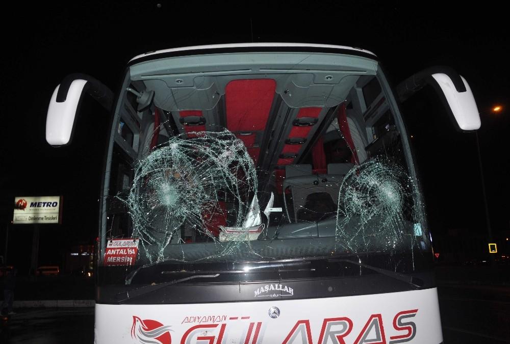 Antalya'da 1 kişinin ölümüyle sonuçlanan kazada vatandaşlar otobüsü taşladı