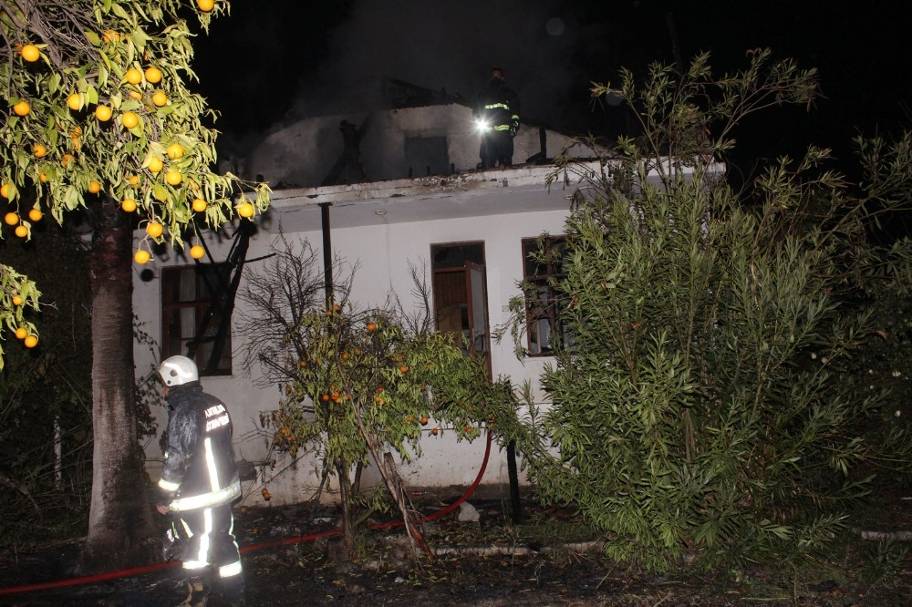 Antalya'da boş binada yangın 1 itfaiyeci yaralandı