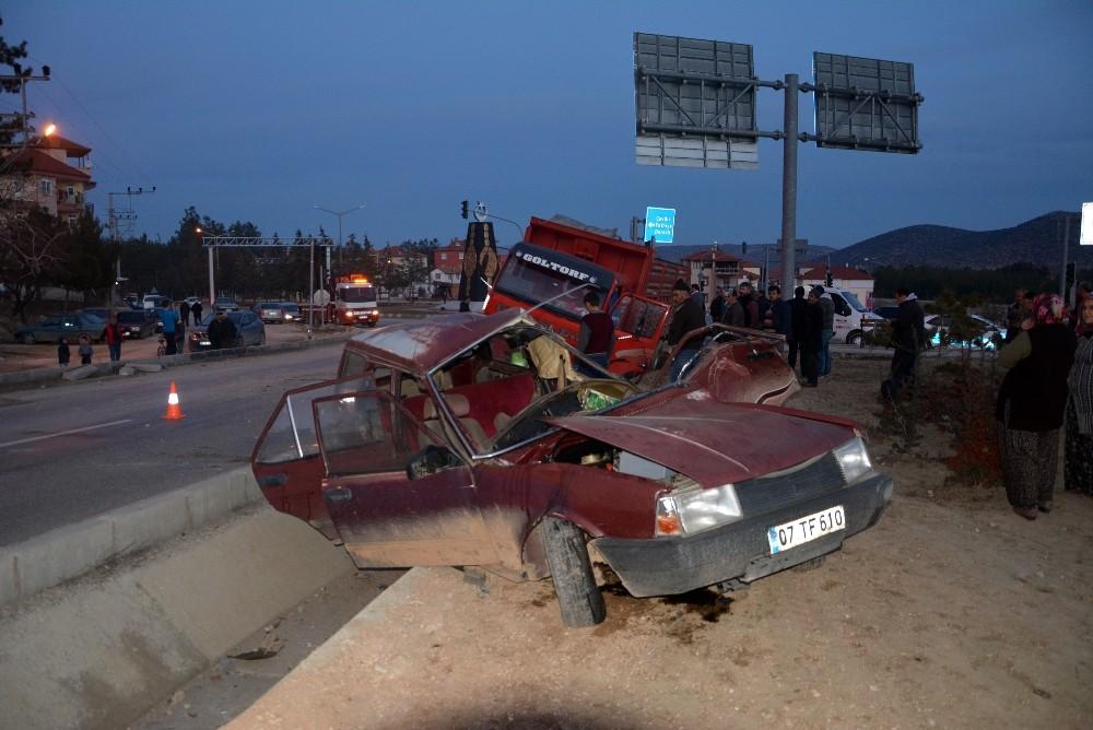 Antalya'da kontrolsüz kavşakta kaza: 1 ölü, 2 yaralı