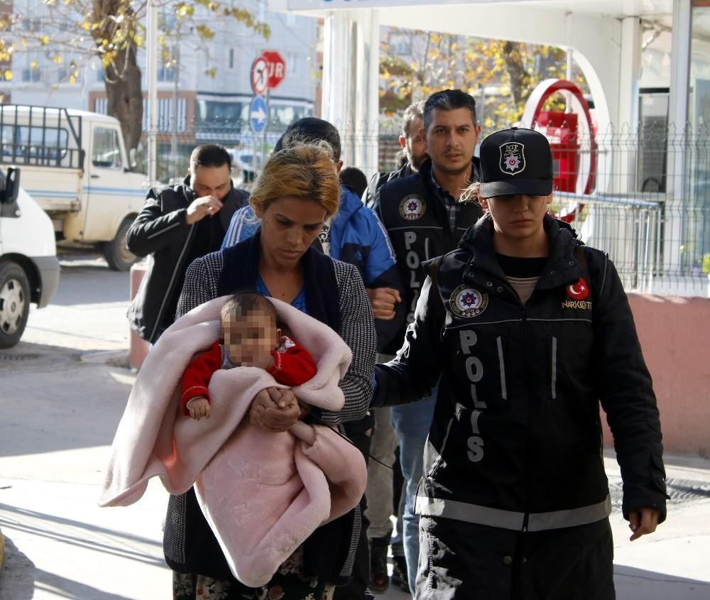 Antalya'da kundaktaki bebekle uyuşturucu ticareti