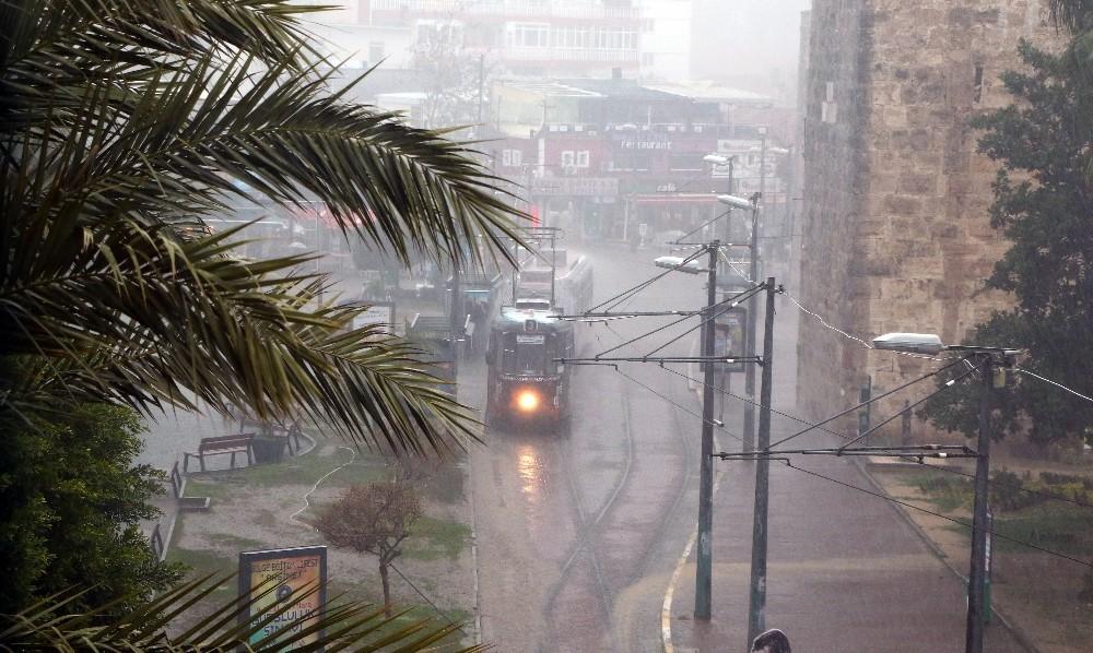 Antalya'da sağanak yağmur ve dolu yağışı