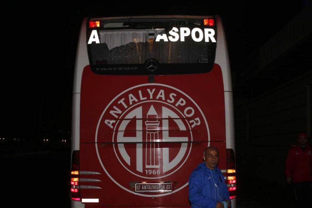 Antalyasporlu oyuncuları taşıyan otobüs taşlı saldırıya uğradı