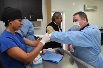 Başkan Böcek, barınakta ameliyat izledi
