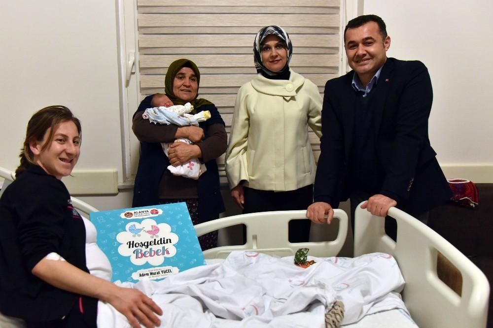 Başkan Yücel'den yeni yılın ilk bebeklerini hastanede ziyaret etti
