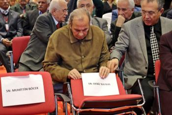 CHP İl Kongresinde Baykal'ın sandalyesi boş bırakıldı