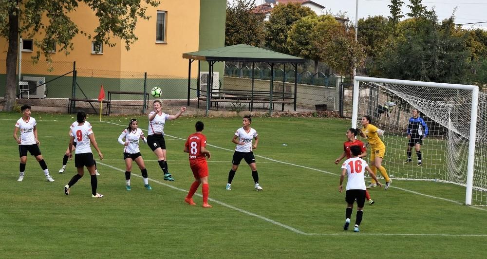 Döşemealtı Kadın Futbol Takımı Türkiye Şampiyonasına hazırlanıyor