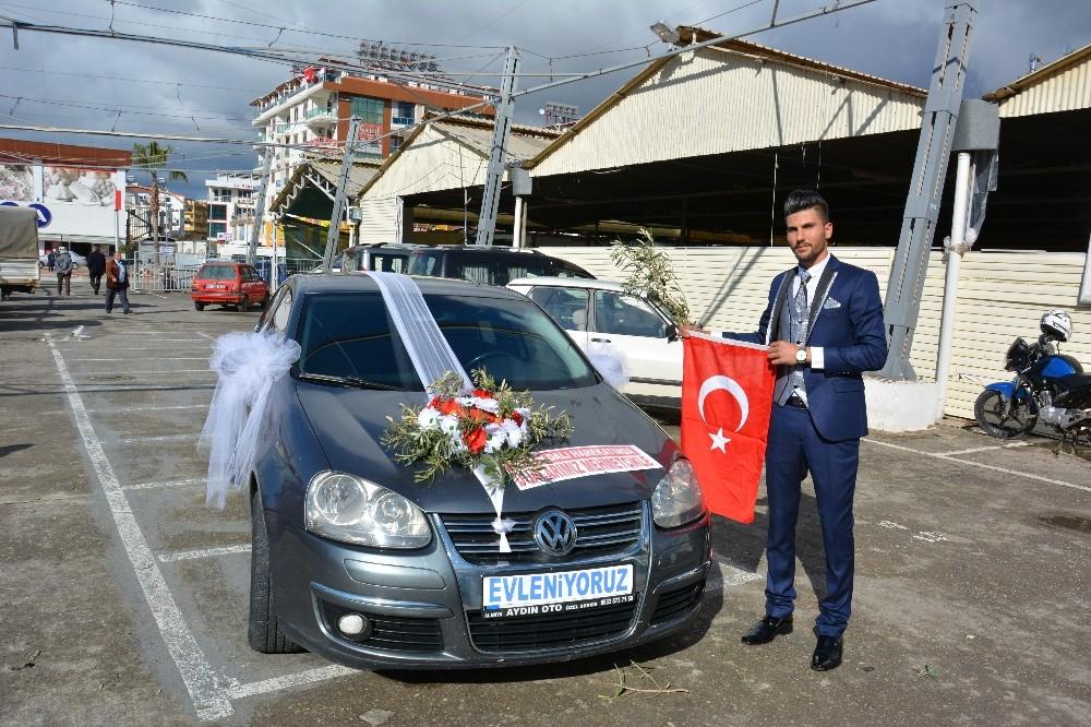 Düğün arabasını çiçek yerine zeytin dalı ile süslediler