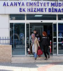 FETÖ'den aranan kadın öğretmen Alanya'ya getirildi