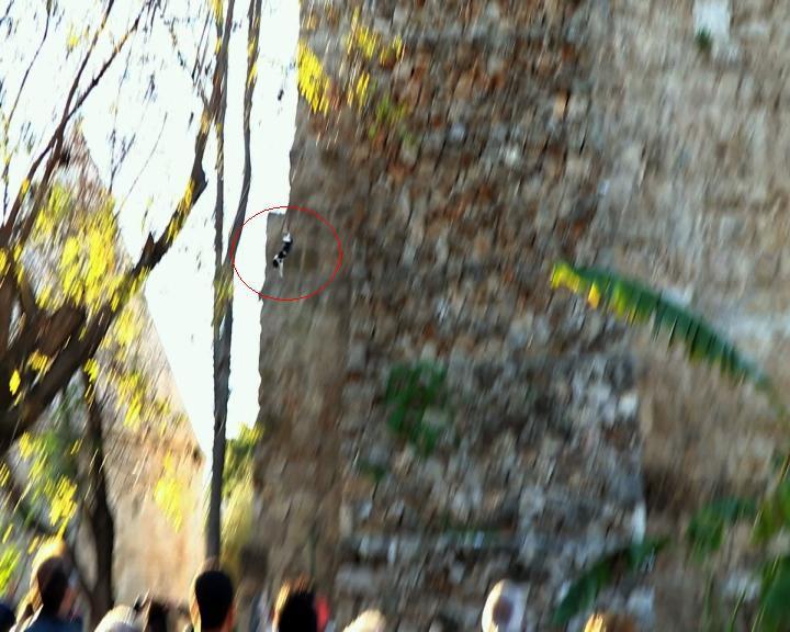 Herkes kurtarılmalarını beklerden onlar 15 metreden yere çakıldı