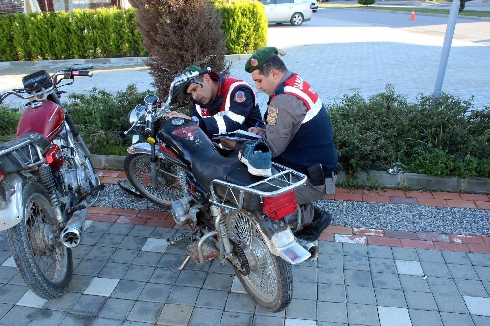 Jandarmayı görünce motosiklet ve ayakkabısını bırakıp kaçtı
