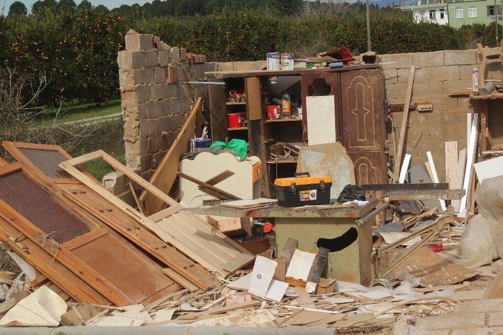 Manavgat'ta hortum marangoz atölyesini yerle bir etti.