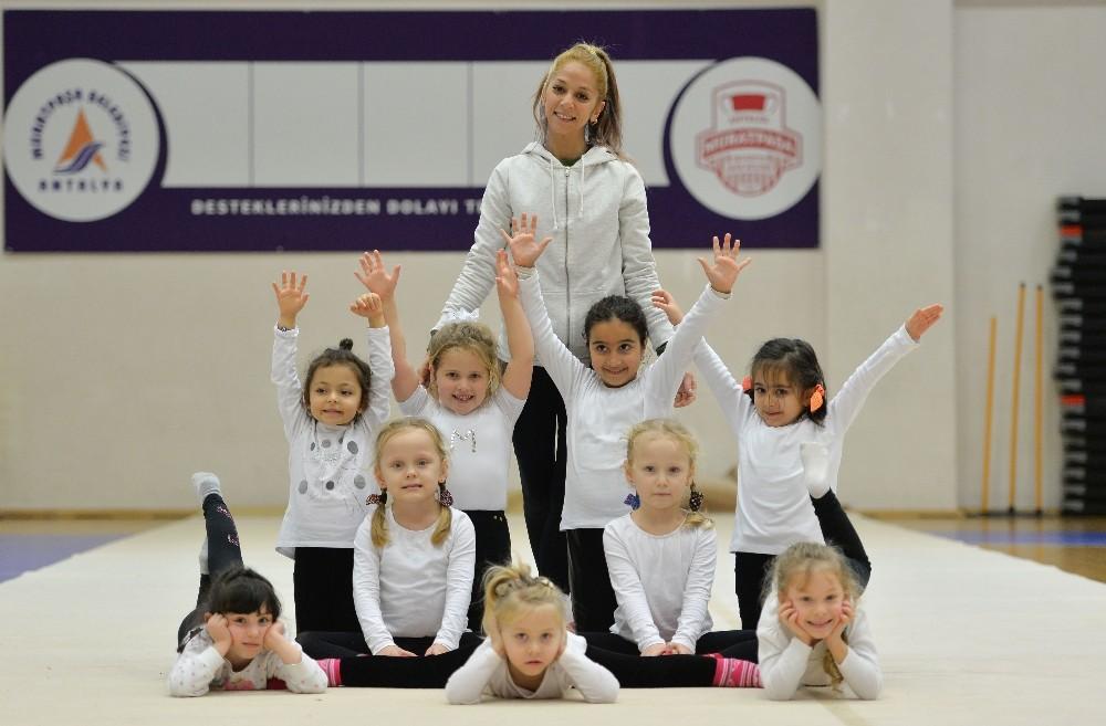 Muratpaşa'da 290 küçük cimnastikçi mezun oldu