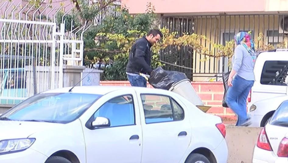 Piyango talihlisi olduğu iddia edilen kurye, işyerinde çöp boşaltırken kameralara takıldı