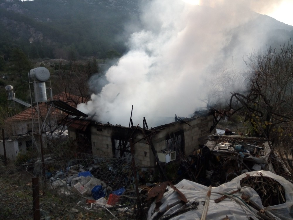 Yaşlı çiftin evi yangında kullanılamaz hale geldi