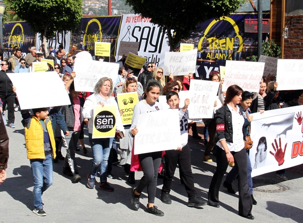 Alanya'da çocuk istismarına tepki yürüyüşü