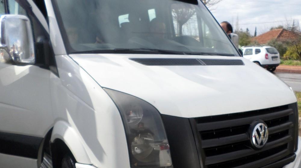 Alkollü servis şoförü polise yakalanınca koltukta dondu kaldı