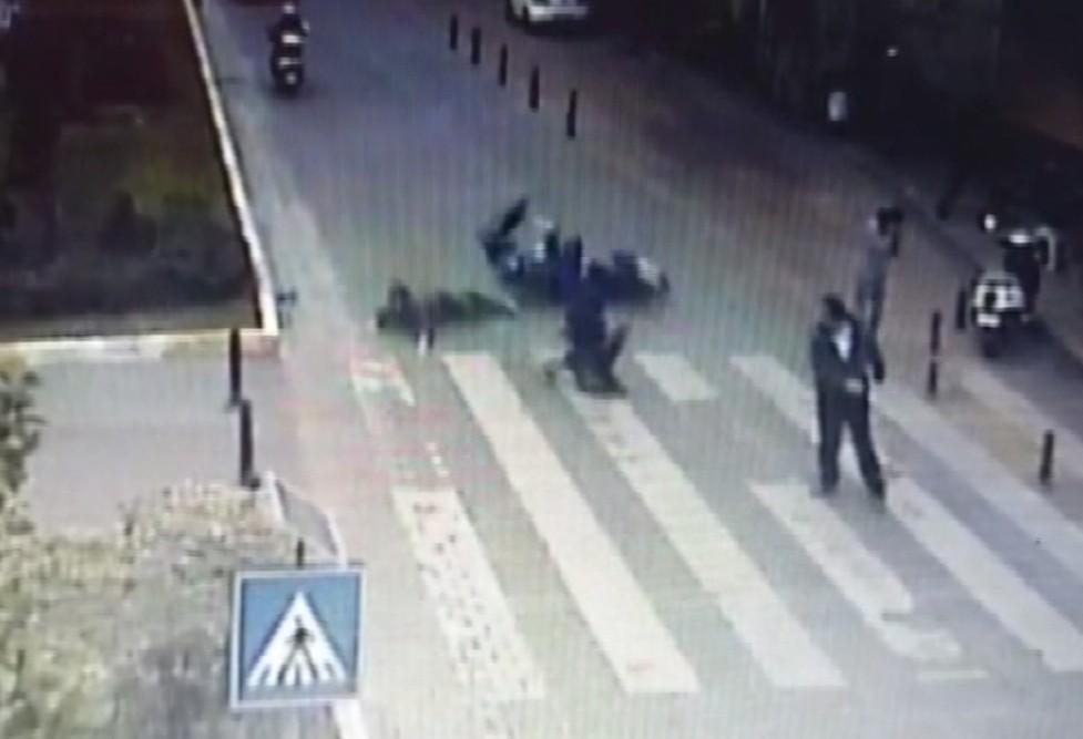 Anne ve çocuğu motosikletin altında kalmaktan son anda kurtuldu