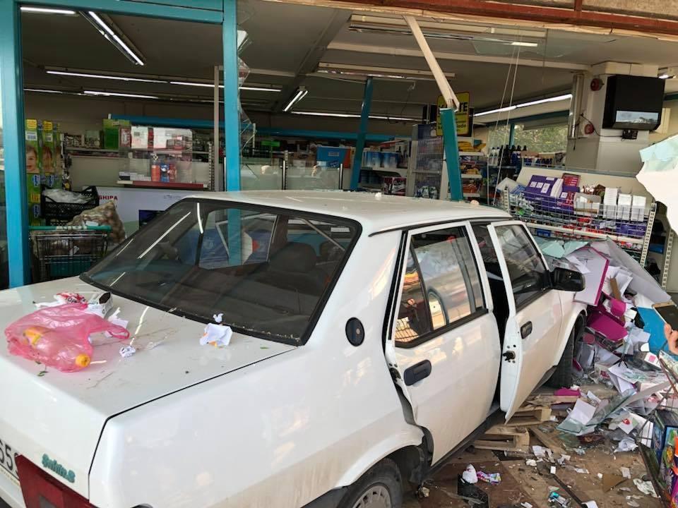 Antalya'da iki otomobil markete girdi