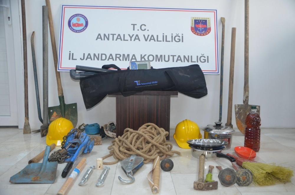 Antalya'da kaçak kazı yapan 5 kişi yakalandı